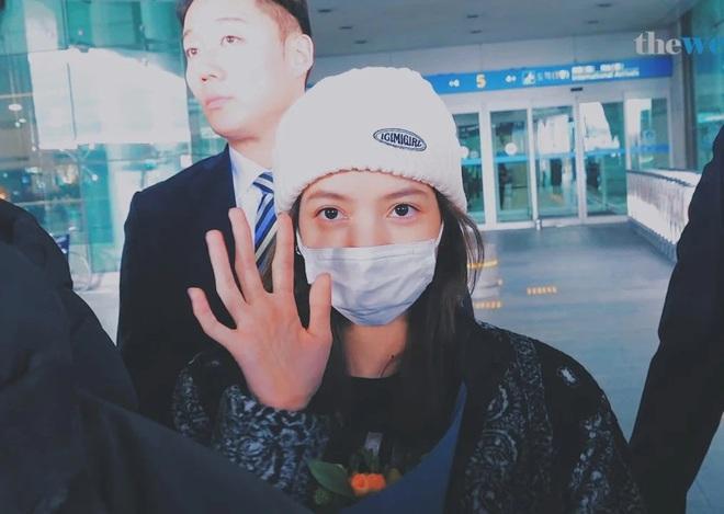 Lisa gây lo lắng khi trở về từ xứ Trung giữa bão virus corona, nhưng biểu cảm nhận quà từ fan đáng chú ý hơn cả - ảnh 9