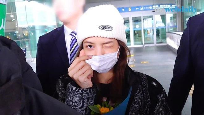 Lisa gây lo lắng khi trở về từ xứ Trung giữa bão virus corona, nhưng biểu cảm nhận quà từ fan đáng chú ý hơn cả - ảnh 10