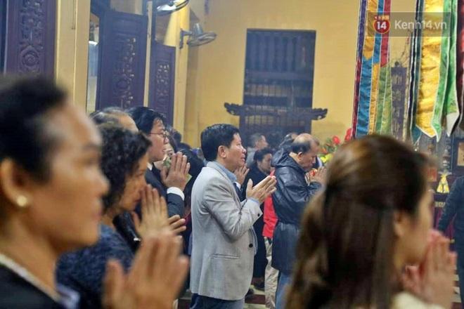 Hàng trăm người Hà Nội đổ về chùa Quán Sứ làm lễ, xin lộc sau giao thừa - ảnh 6