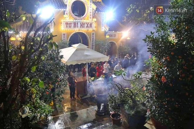 Hàng trăm người Hà Nội đổ về chùa Quán Sứ làm lễ, xin lộc sau giao thừa - ảnh 4