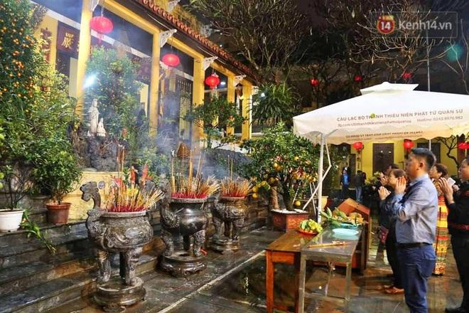 Hàng trăm người Hà Nội đổ về chùa Quán Sứ làm lễ, xin lộc sau giao thừa - ảnh 3