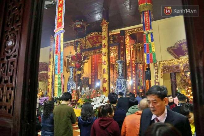Hàng trăm người Hà Nội đổ về chùa Quán Sứ làm lễ, xin lộc sau giao thừa - ảnh 5
