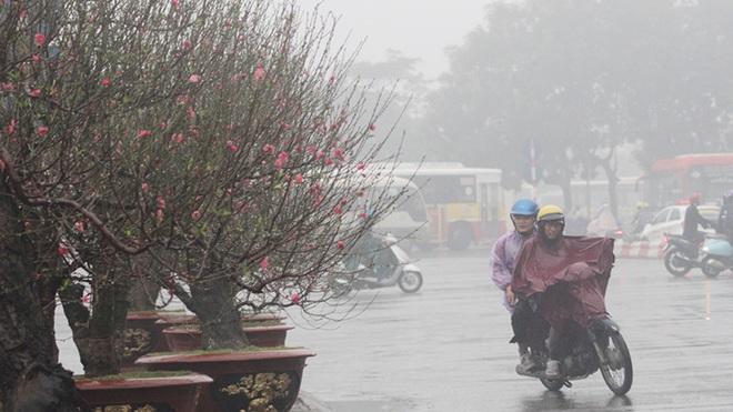 Không khí lạnh đã chính thức tràn về, miền Bắc chìm trong mưa rét, có nơi xuất hiện băng giá ngày mùng 1 Tết - Ảnh 1.