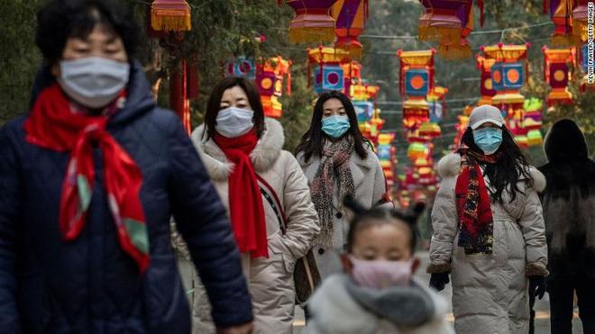 Lại thêm người chết vì virus Vũ Hán: 56 người thiệt mạng, gần 2000 ca nhiễm bệnh, đồ bảo hộ cho bác sĩ thiếu hụt trầm trọng - ảnh 2