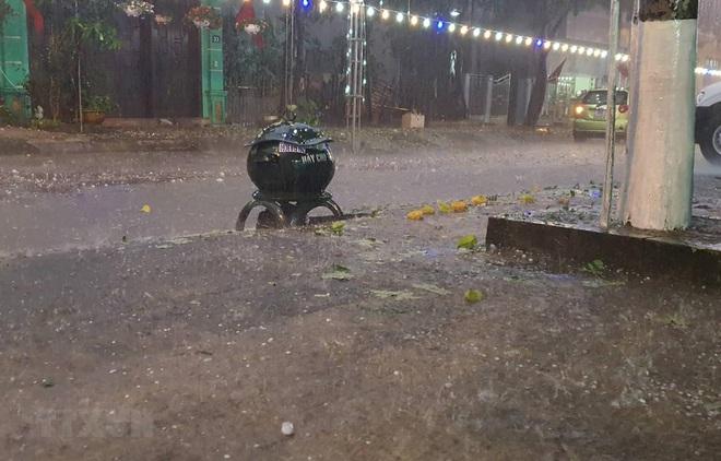 Hơn 12.000 ngôi nhà ở 6 tỉnh miền Bắc bị hư hại do mưa đá và dông lốc - ảnh 1