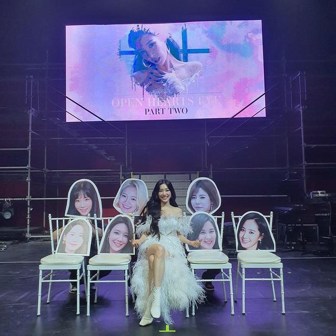 Tiffany Young ngồi một mình giữa nhiều khuôn mặt của các thành viên SNSD: trông xa thì tình nhìn gần thì giật mình! - ảnh 1