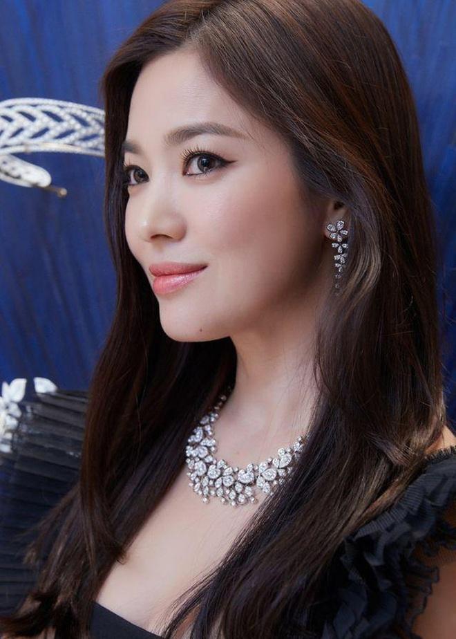 Tuyệt chiêu tô son để có được bờ môi gợi cảm mời gọi như Song Hye Kyo - ảnh 10