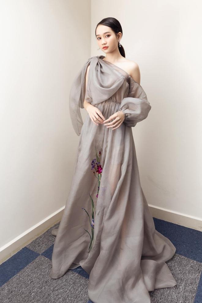 """Hà Lan """"Mắt Biếc"""" diện áo dài đón Tết đẹp nức nở: Điểm 10 từ vóc dáng cho đến cách makeup đơn giản nhưng xinh ngất - ảnh 9"""