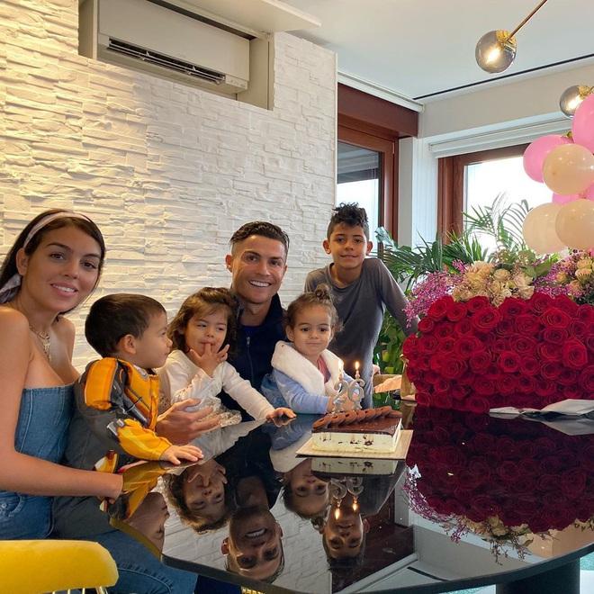 Georgina nhận một núi hoa từ Ronaldo trong ngày sinh nhật, lại còn được mẹ của CR7 có hành động ưu ái hơn hẳn cô người cũ Irina Shayk - ảnh 1