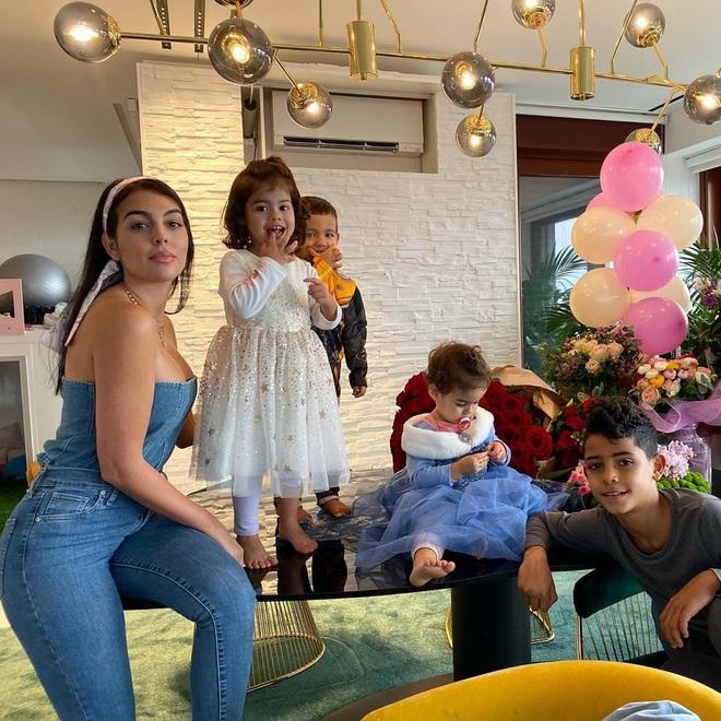 Georgina nhận một núi hoa từ Ronaldo trong ngày sinh nhật, lại còn được mẹ của CR7 có hành động ưu ái hơn hẳn cô người cũ Irina Shayk - ảnh 3