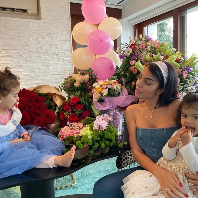 Georgina nhận một núi hoa từ Ronaldo trong ngày sinh nhật, lại còn được mẹ của CR7 có hành động ưu ái hơn hẳn cô người cũ Irina Shayk - ảnh 2