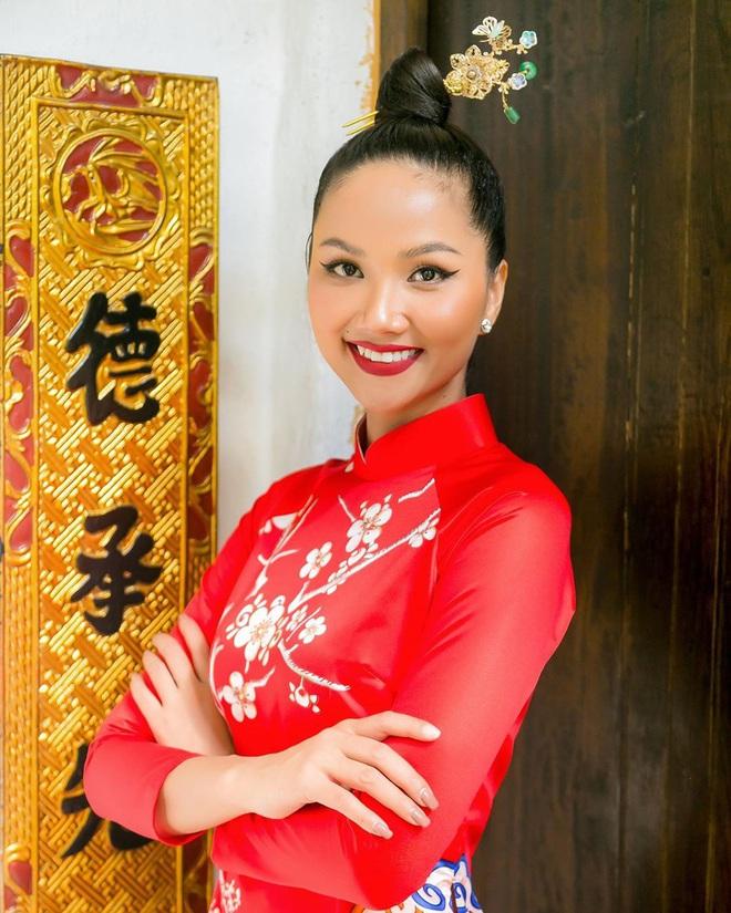 hhennieofficial822612826597127514396307833653184520457901n 1580178434060939814837 - Kiểu makeup chơi Tết của loạt sao Việt: Người sắc nét hơn mọi ngày, người nhẹ nhàng mà vẫn tươi
