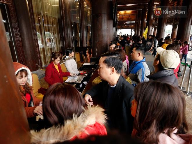 Du khách, phật tử chen nhau lên thuyền và xe điện, gây tình cảnh hỗn loạn và quá tải ở ngôi chùa lớn nhất thế giới tại Việt Nam - ảnh 13