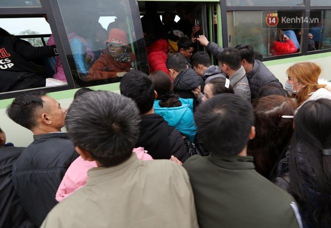 Du khách, phật tử chen nhau lên thuyền và xe điện, gây tình cảnh hỗn loạn và quá tải ở ngôi chùa lớn nhất thế giới tại Việt Nam - ảnh 16