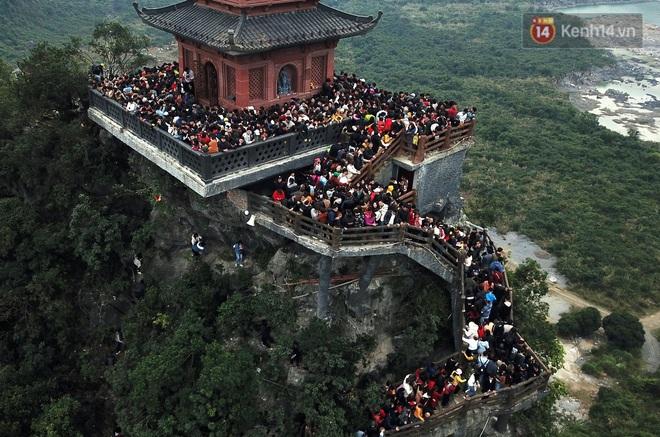 Du khách, phật tử chen nhau lên thuyền và xe điện, gây tình cảnh hỗn loạn và quá tải ở ngôi chùa lớn nhất thế giới tại Việt Nam - ảnh 10