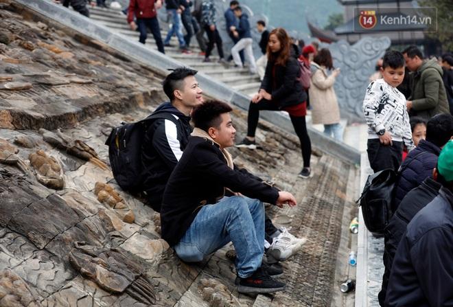 Du khách, phật tử chen nhau lên thuyền và xe điện, gây tình cảnh hỗn loạn và quá tải ở ngôi chùa lớn nhất thế giới tại Việt Nam - ảnh 20