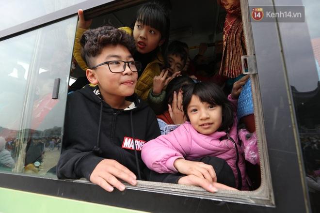 Du khách, phật tử chen nhau lên thuyền và xe điện, gây tình cảnh hỗn loạn và quá tải ở ngôi chùa lớn nhất thế giới tại Việt Nam - ảnh 17