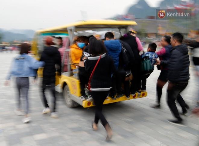 Du khách, phật tử chen nhau lên thuyền và xe điện, gây tình cảnh hỗn loạn và quá tải ở ngôi chùa lớn nhất thế giới tại Việt Nam - ảnh 8