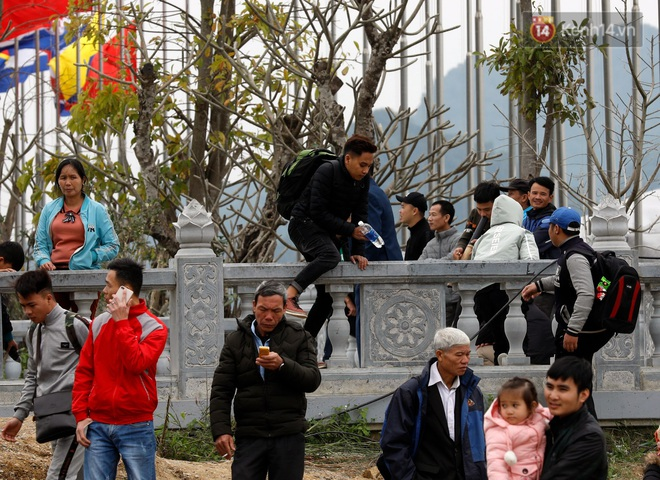 Du khách, phật tử chen nhau lên thuyền và xe điện, gây tình cảnh hỗn loạn và quá tải ở ngôi chùa lớn nhất thế giới tại Việt Nam - ảnh 21