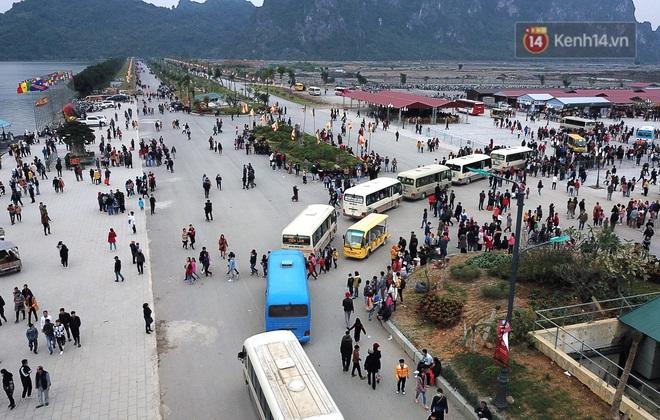 Du khách, phật tử chen nhau lên thuyền và xe điện, gây tình cảnh hỗn loạn và quá tải ở ngôi chùa lớn nhất thế giới tại Việt Nam - ảnh 6