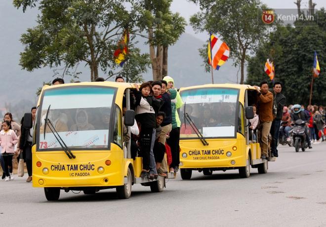 Du khách, phật tử chen nhau lên thuyền và xe điện, gây tình cảnh hỗn loạn và quá tải ở ngôi chùa lớn nhất thế giới tại Việt Nam - ảnh 2