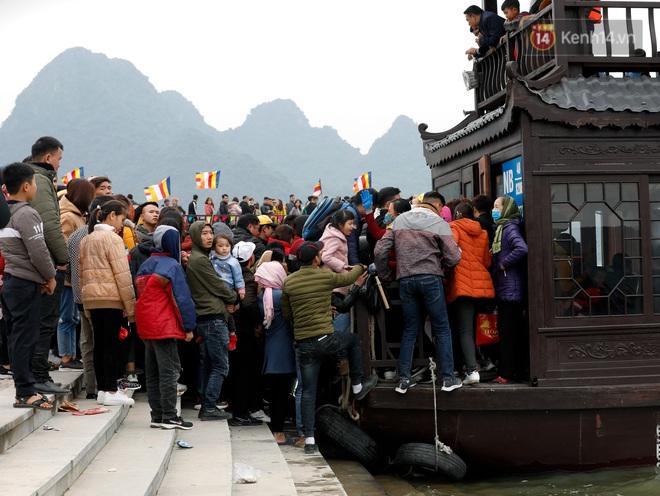 Du khách, phật tử chen nhau lên thuyền và xe điện, gây tình cảnh hỗn loạn và quá tải ở ngôi chùa lớn nhất thế giới tại Việt Nam - ảnh 4