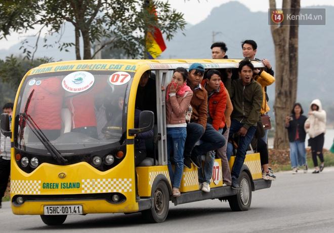 Du khách, phật tử chen nhau lên thuyền và xe điện, gây tình cảnh hỗn loạn và quá tải ở ngôi chùa lớn nhất thế giới tại Việt Nam - ảnh 7