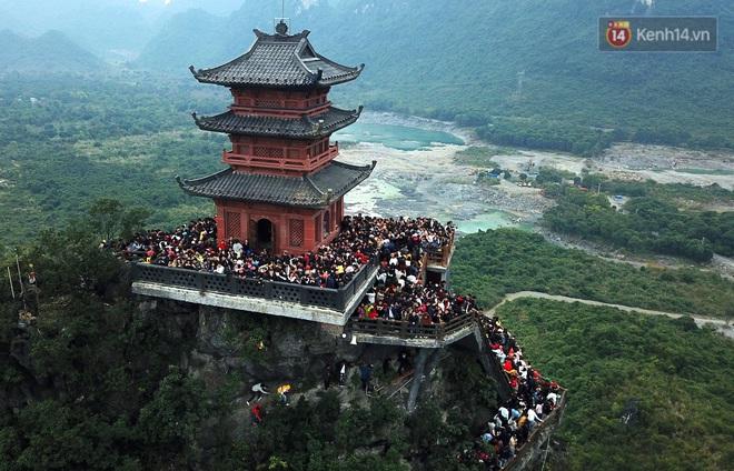 Du khách, phật tử chen nhau lên thuyền và xe điện, gây tình cảnh hỗn loạn và quá tải ở ngôi chùa lớn nhất thế giới tại Việt Nam - ảnh 9