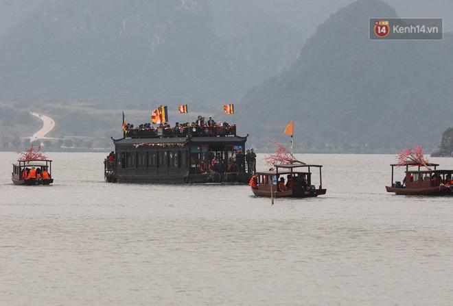 Du khách, phật tử chen nhau lên thuyền và xe điện, gây tình cảnh hỗn loạn và quá tải ở ngôi chùa lớn nhất thế giới tại Việt Nam - ảnh 14
