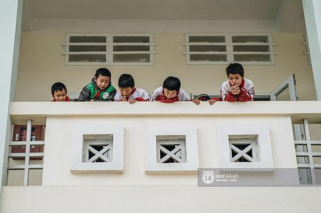 Chuyện buồn phia sau ngôi trường trên mây đẹp nhất Việt Nam: Đi bộ hàng cây số đến trường, con cái học quá giỏi lại trở thành gánh nặng cho cha mẹ - ảnh 1