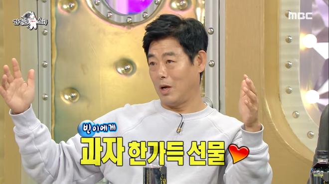 Tài tử series Reply tiết lộ chuyện V (BTS) tặng quà cho con gái mình: Cứ thế này bảo sao fan không đổ rầm rầm? - Ảnh 2.