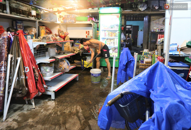 Người Hội An vất vả dọn dẹp nhà cửa, đường phố sau trận lũ lớn - Ảnh 10.