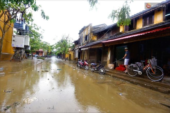 Người Hội An vất vả dọn dẹp nhà cửa, đường phố sau trận lũ lớn - Ảnh 3.