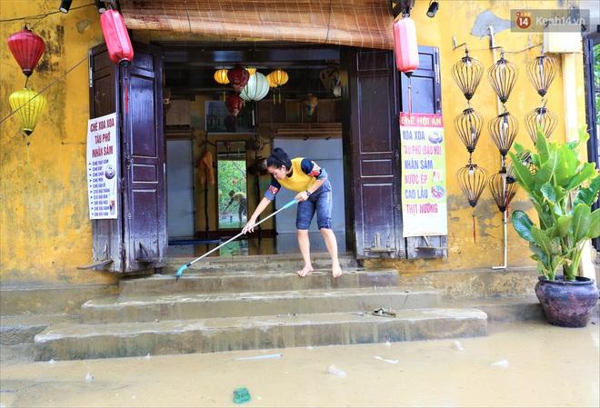 Người Hội An vất vả dọn dẹp nhà cửa, đường phố sau trận lũ lớn - Ảnh 6.