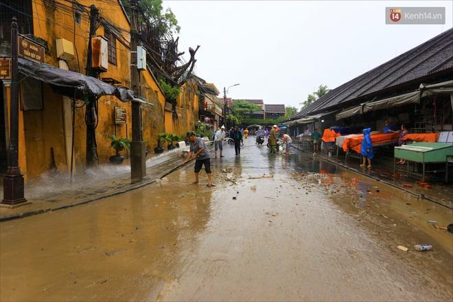 Người Hội An vất vả dọn dẹp nhà cửa, đường phố sau trận lũ lớn - Ảnh 1.