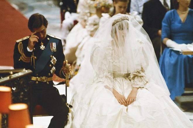 Váy cưới Công nương Diana bất ngờ gây sốt trở lại: 3,5 tỷ VNĐ, tốn vải nhất lịch sử Hoàng gia và nhiều bật mí bất ngờ - Ảnh 9.