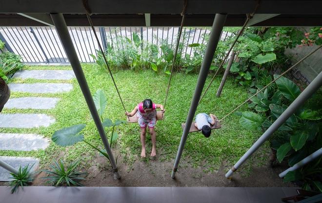Bước vào ngôi nhà trong ngõ rộng 3m được phủ xanh bằng cây cối, ai cũng thích thú với chiếc cầu thang cực hợp sống ảo - Ảnh 4.
