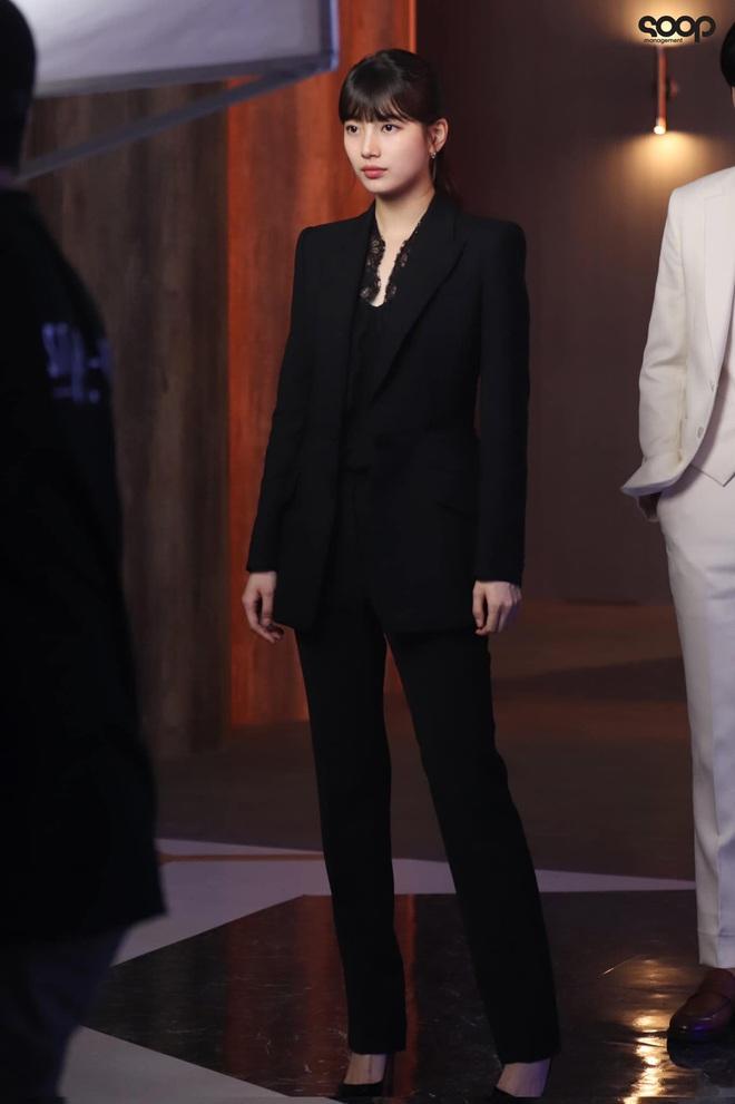 Phim mới của Suzy chưa biết thế nào nhưng style thì rất chuẩn, ưa mặc đơn giản nhưng nịnh mắt bạn hãy hóng ngay  - Ảnh 9.