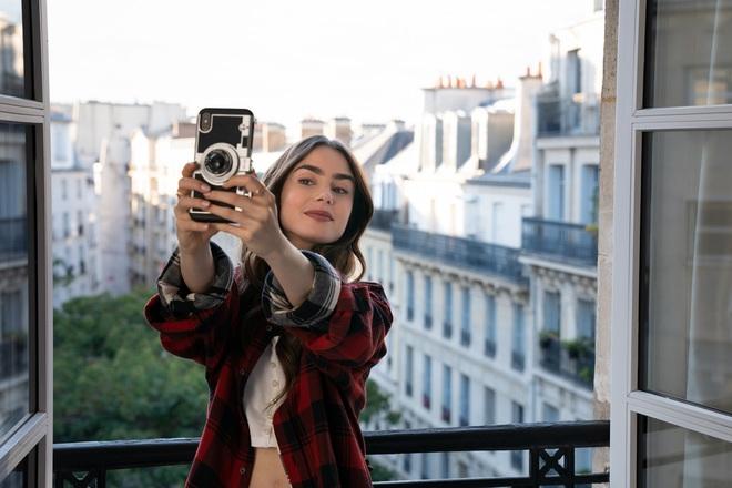 Hời hợt một cách thông minh như Emily In Paris để trai theo ầm ầm, đời dễ như ăn kẹo - Ảnh 1.