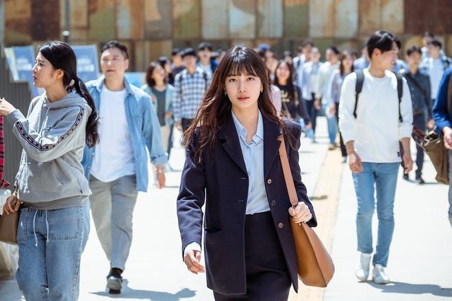 Phim mới của Suzy chưa biết thế nào nhưng style thì rất chuẩn, ưa mặc đơn giản nhưng nịnh mắt bạn hãy hóng ngay  - Ảnh 1.