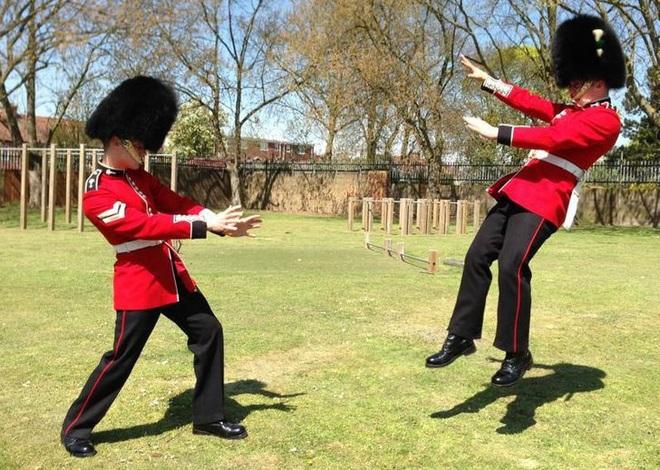 9 sự thật không thể tin nổi về đội lính gác Hoàng gia Anh, theo chia sẻ của những người trong cuộc - Ảnh 9.