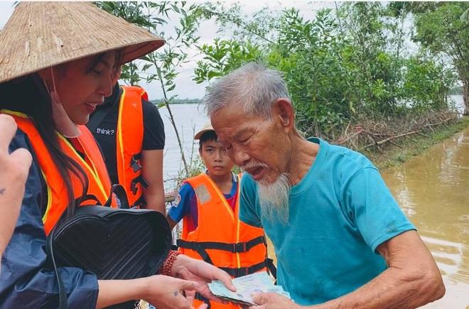 Balo đi cứu trợ miền Trung của Thủy Tiên thành hàng hot, có shop tuyên bố bán được hàng trích luôn lãi làm từ thiện - Ảnh 3.