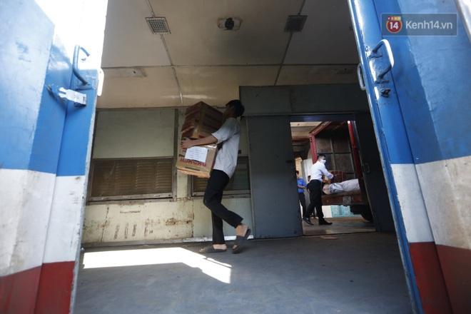 Đường sắt Việt Nam vận chuyển hàng hóa miễn phí vào miền Trung ngay sau khi thông đường - Ảnh 4.
