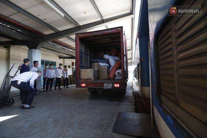 Đường sắt Việt Nam vận chuyển hàng hóa miễn phí vào miền Trung ngay sau khi thông đường - Ảnh 2.