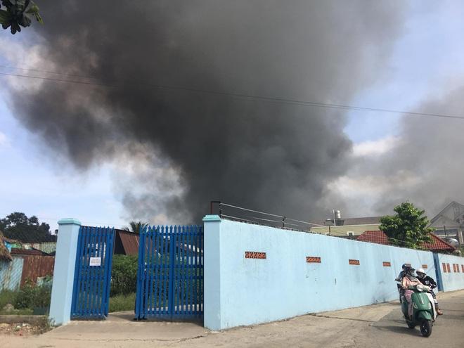 Bình Dương: Đang cháy lớn tại công ty xử lý môi trường, suốt 5 tiếng lửa vẫn chưa tắt - Ảnh 2.