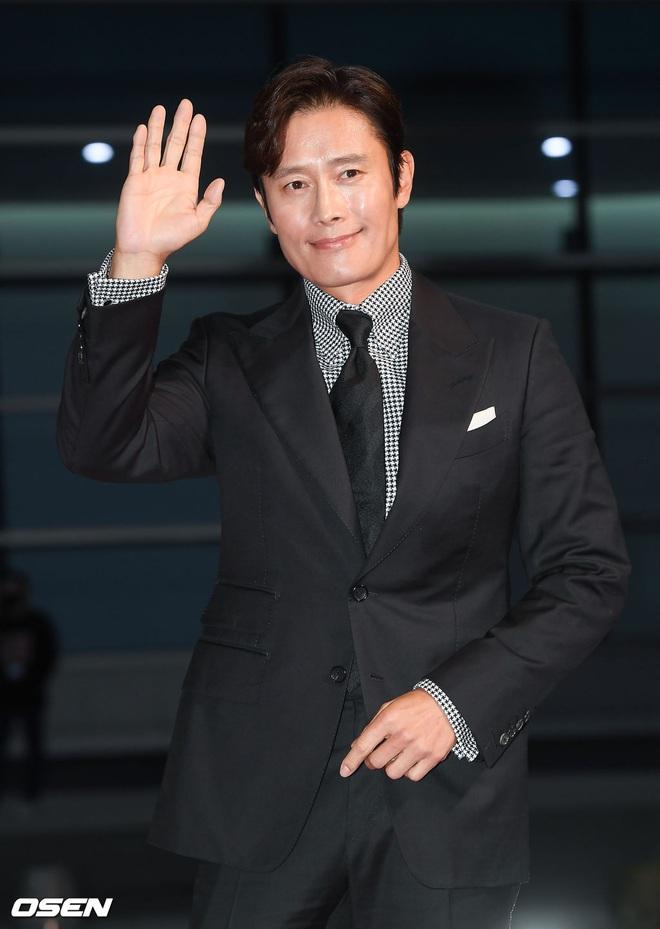 Thảm đỏ nóng nhất hôm nay: Điên nữ Seo Ye Ji bức tử vòng 1 như sắp tràn, đè bẹp tài tử Lee Byung Hun và dàn sao Ký Sinh Trùng - Ảnh 7.