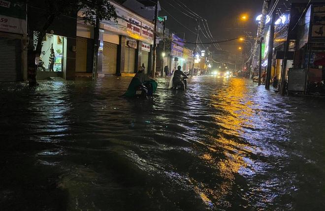 Người Sài Gòn vật lộn với đường ngập lút bánh xe, nước chảy cuồn cuộn như thác trong đêm mưa lớn - Ảnh 2.