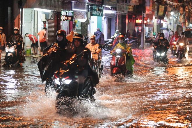 Người Sài Gòn vật lộn với đường ngập lút bánh xe, nước chảy cuồn cuộn như thác trong đêm mưa lớn - Ảnh 19.