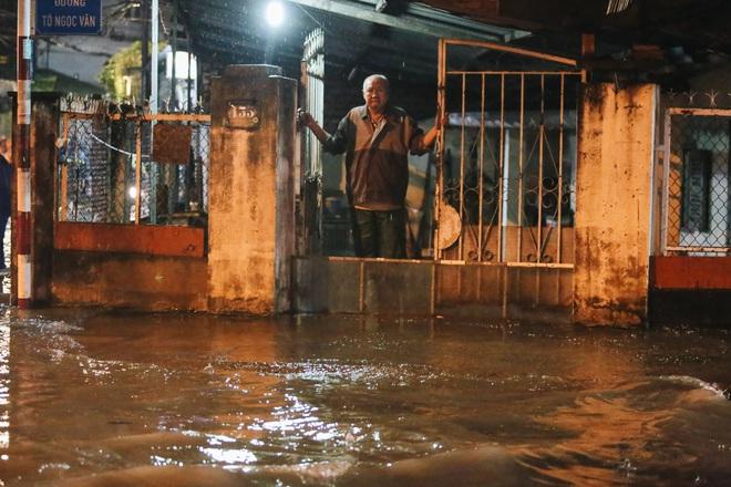 Người Sài Gòn vật lộn với đường ngập lút bánh xe, nước chảy cuồn cuộn như thác trong đêm mưa lớn - Ảnh 14.