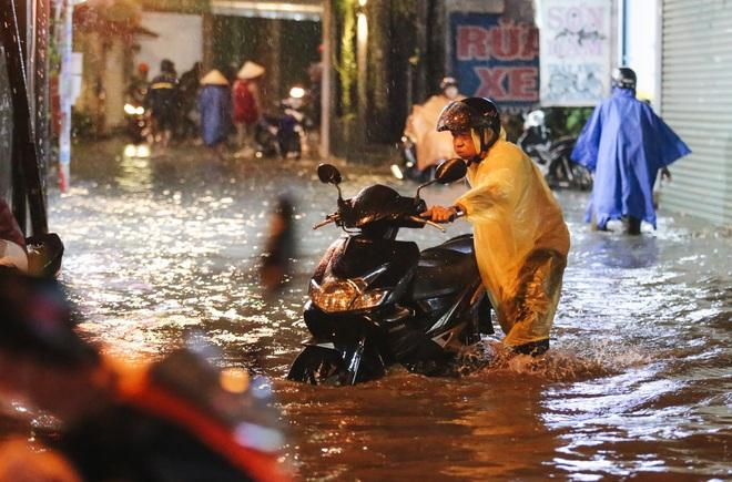 Người Sài Gòn vật lộn với đường ngập lút bánh xe, nước chảy cuồn cuộn như thác trong đêm mưa lớn - Ảnh 15.
